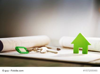 Schlüsselbund und kleines Haus als Symbol für den Hauskauf