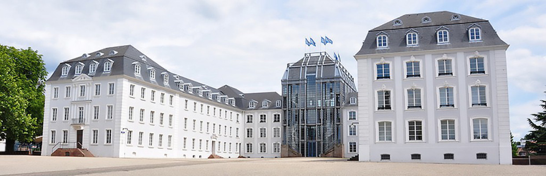 Altes Gebäude mit modernem Eingang als Beispiel für Immobilienbewertung.