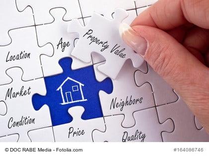 Ein Puzzle zeigt, welche Faktoren den Wert einer Immobilien mitbestimmen und in einem Sachverständigengutachten berücksichtigt werden