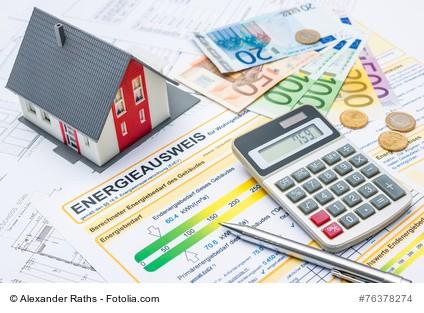 Haus mit Energieausweise, Rechner und Bargeld zeigt, wie durch Energiesparmaßnahmen eine Wertsteigerung erfolgt