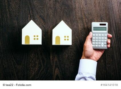 Bild mit Taschenrechner symbolisiert die Wertermittlung von Immobilien