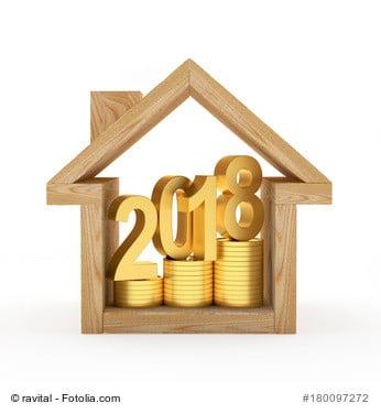Holz-Häuschen mit Goldtalern und Jahreszahl 2018 als Symbolbild für Neuerungen bei der Wertermittlung von Immobilien
