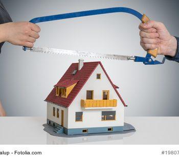 Die Erbauseinandersetzung wird durch eine Säge über einem Haus symbolisiert.
