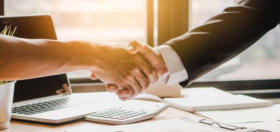 Händeschütteln mit dem Immobiliengutachter als verlässlichem Partner