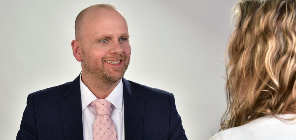 Immobiliengutachter Andreas Ruof im Gespräch mit einer Kundin