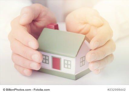 Vormundschaft mit Haus: Hände schützen ein kleines Haus